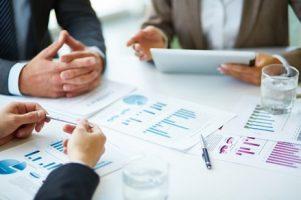 close-up-dos-empresarios-que-trabalham-com-documentos_1098-1263