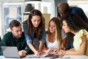 grupo-multietnico-de-homens-e-mulheres-jovens-que-estudam-em-ambientes-fechados_1139-989