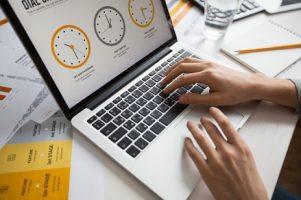 maos-da-mulher-de-negocios-usando-o-portatil-no-escritorio_1262-3214