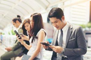 empresarios-que-usam-smartphone-enquanto-juntos_1150-2563