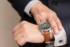 homem-negocios-verificar-tempo_1357-97