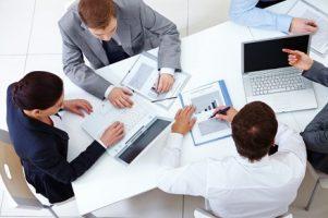 vista-de-cima-de-colegas-de-trabalho-planejamento-de-uma-estrategia_1098-2959