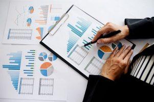 conceito-de-negocios-pessoas-de-negocios-que-discutem-os-graficos-e-graficos-mostrando-os-resultados-de-seu-trabalho-em-equipe-bem-sucedido_1418-1265