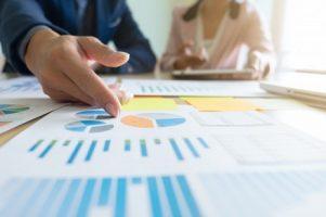 conceito-de-negocios-que-discute-graficos-mostrando-os-resultados-de-seus_1421-137