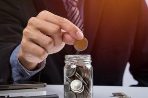 mao-colocando-moedas-de-mistura-e-semente-em-garrafa-clara-e-copyspace-conceito-de-crescimento-de-investimento-empresarial_1423-104