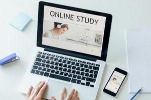 maos-trabalhando-com-um-laptop-estudo-on-line-em-tela-na-tela_1163-2116