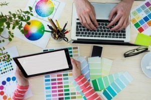maos-de-designers-graficos-que-usam-o-portatil-e-tabuleta-digital_1170-906