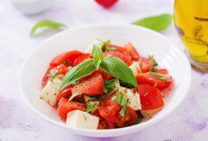 salada-fresca-com-tomate-mussarela-e-manjericao_2829-744